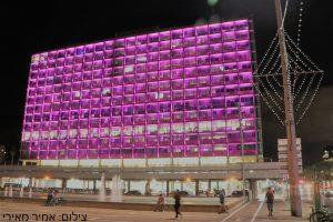 בניין עיריית תל-אביב - יפו מואר בוורוד. צילום: אמיר מאירי.