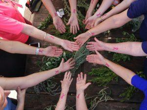 מתנדבות עמותת אחת מתשע עם הקעקועים שמחולקים בארומה אספרסו בר לציון חודש המודעות לסרטן השד