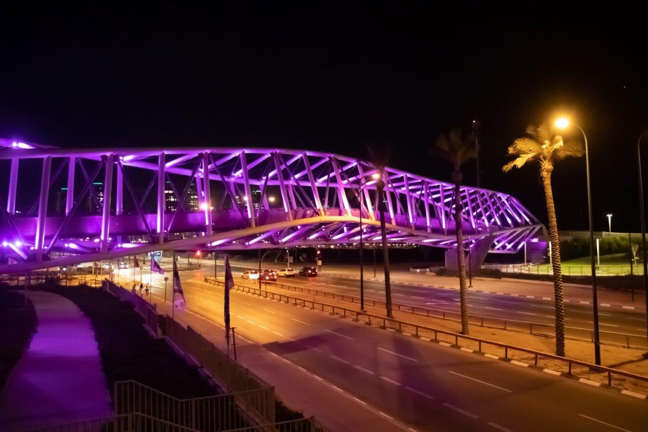 גשר השמורות בנתניה הואר בוורוד לרגל חודש המודעות לסרטן השד