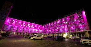 בניין עיריית פתח תקווה מואר בוורוד לרגל חודש המודעות לסרטן השד