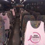 מושבים באוטובס מטרופולין עם גופיות ורודות לציון חודש המודעות לסרטן השד